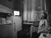 opa beim Fernsehen in der Küche